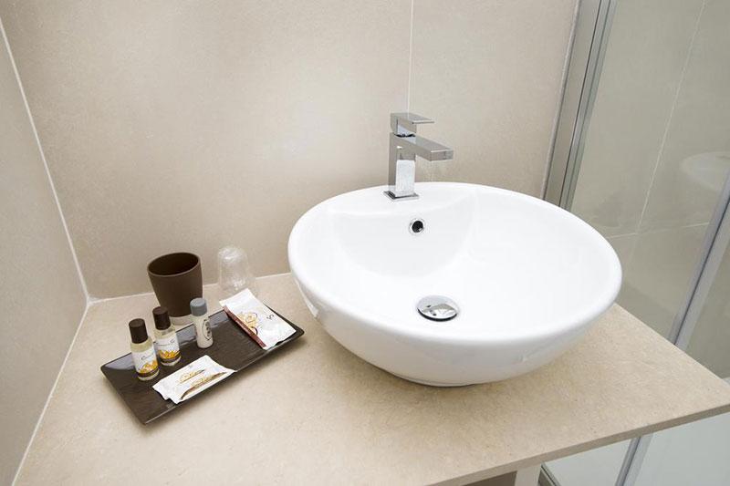 bagno-dettaglio-camera-tripla-villa-landolina-noto