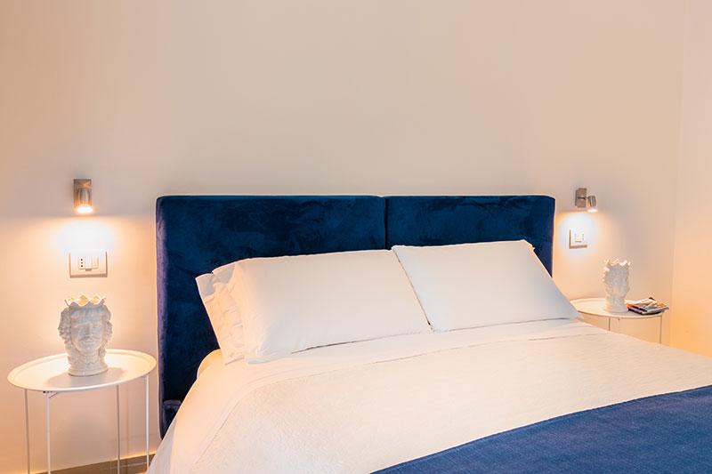 camera-standard-blue-dettaglio-letto-villa-landolina-noto
