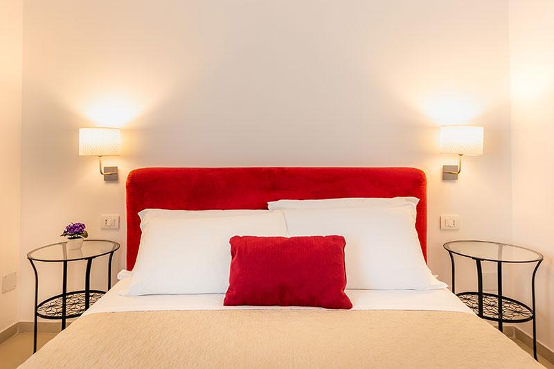 camera-standard-red-dettaglio-letto-villa-landolina-noto